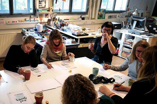Das Bild zeigt sechs Personen beim Handlettering-Kurs in einem Atelier im Depot Dortmund