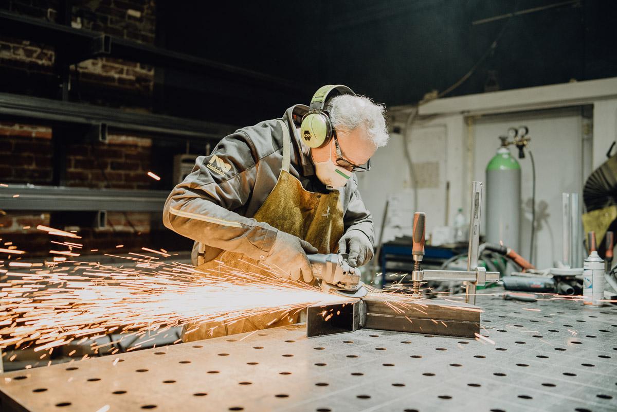Das Bild zeigt einen Mitarbeiter des MÖBELLOFTS beim flexen