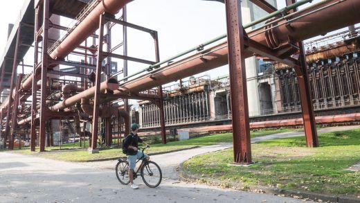 Das Bild zeigt einen Radfahrer auf dem Gelände Zollverein