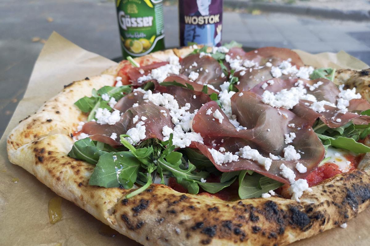 Das Foto zeigt eine Pizza aus dem gleichnamigen Eckimbiss im Bochumer Szeneviertel Ehrenfeld