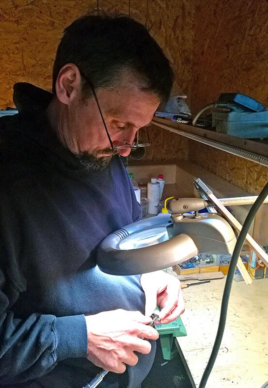 Das Bild zeigt Marting Buchholz beim Polieren von Ringen