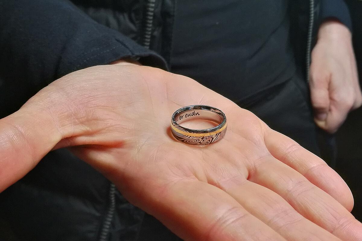 Das Bild zeigt eine Handfläche mit Ring drauf