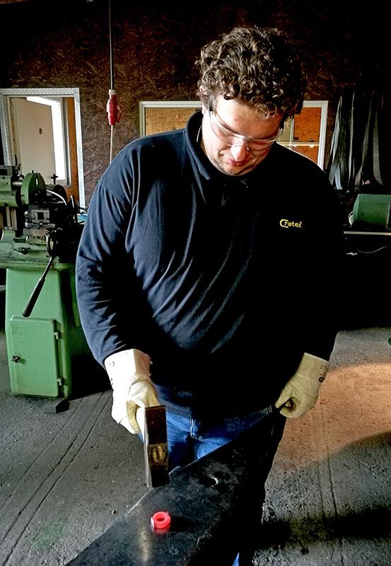 Das Bild zeigt den Bräutigam beim Bearbeiten des Rohlings mit dem Hammer