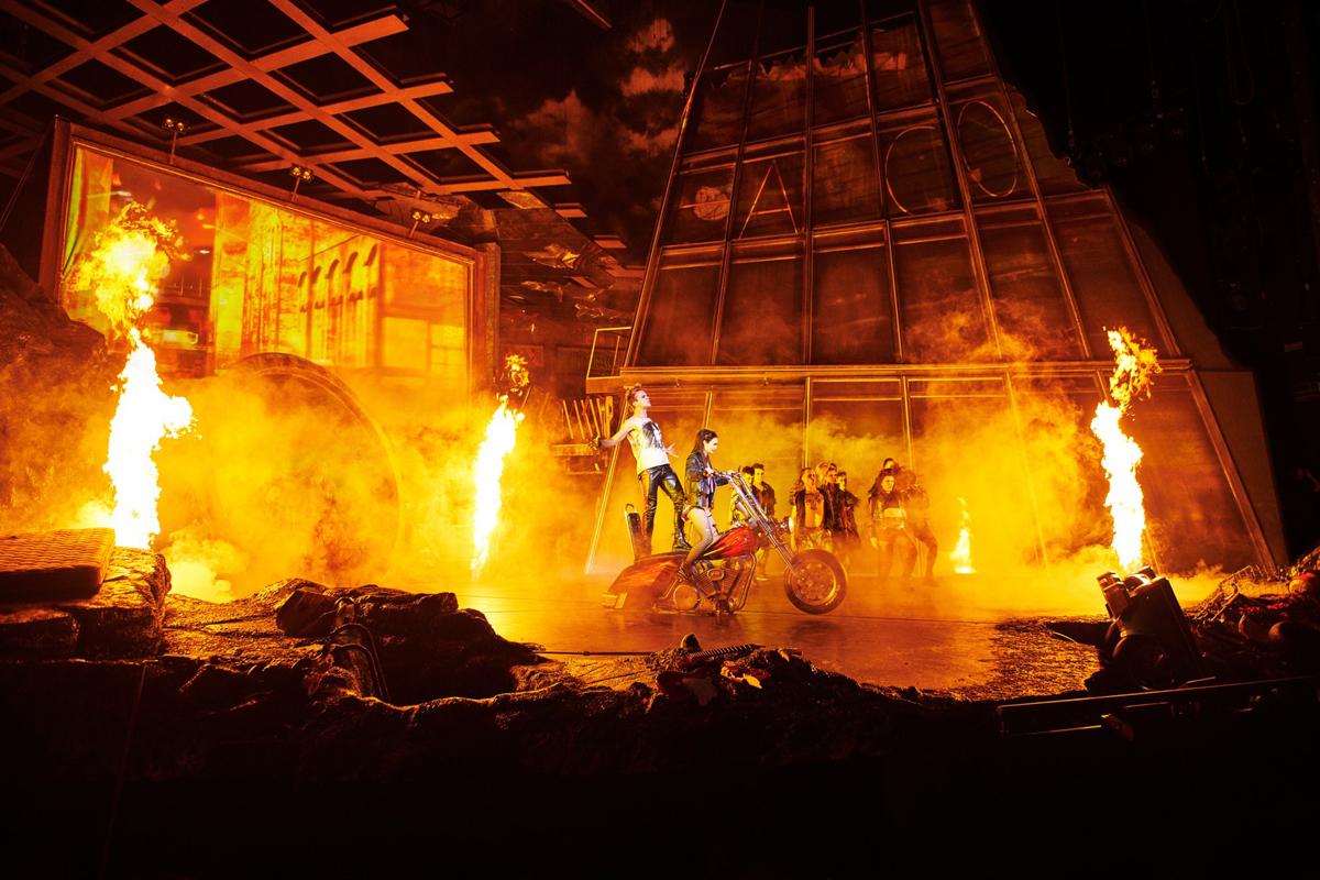 Spektakuläre Bühneneffekte unterstreichen die unterhaltsame und spannende Erzählung der Geschichte in Obsidian © Stage Entertainment