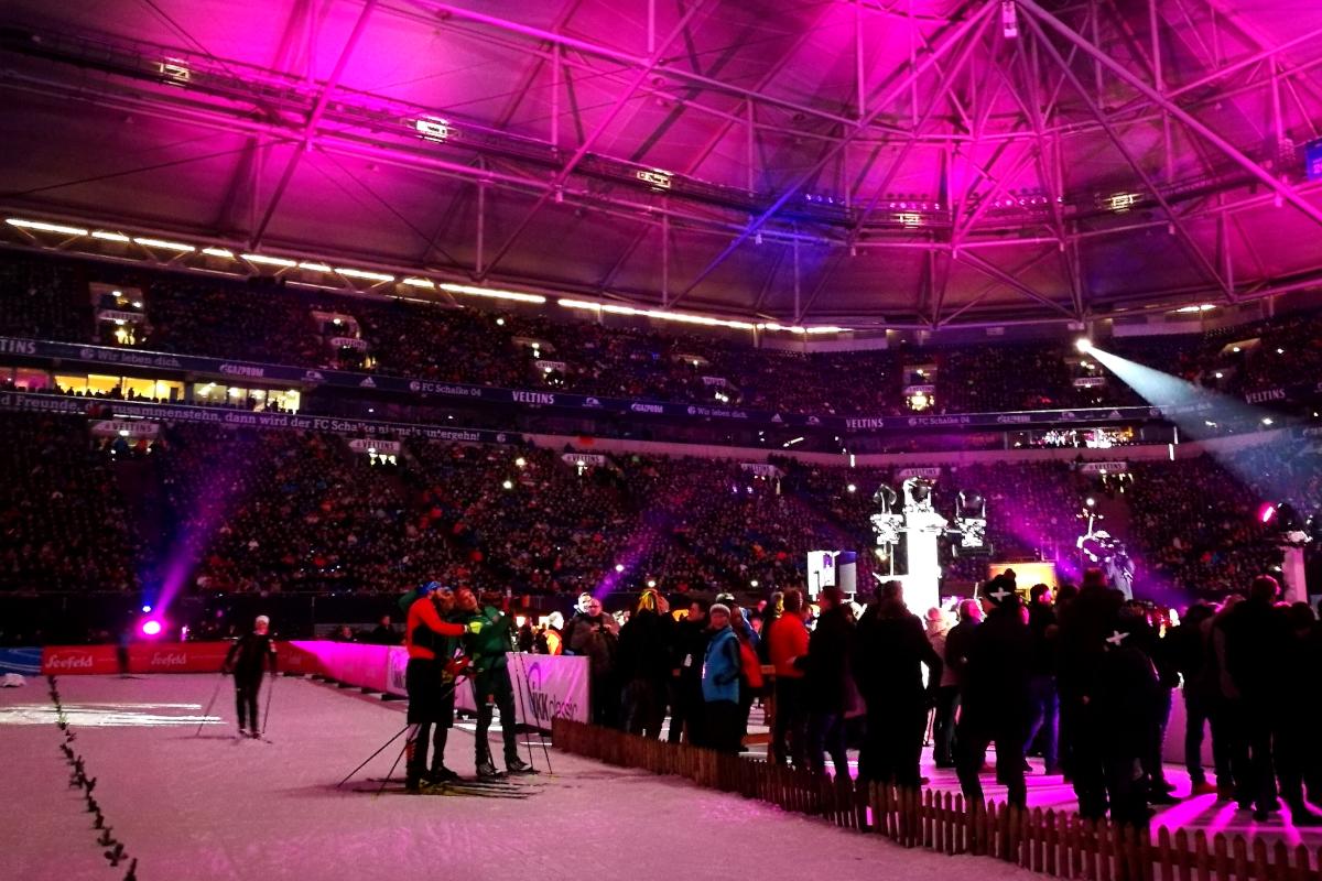 Das Bild zeigt Skifahrer in der Veltnis-Arena