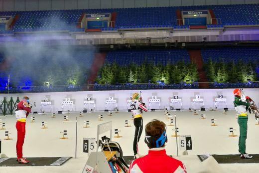 Das Bild zeigt Athleten vor dem Schießstand in der Veltins-Arena