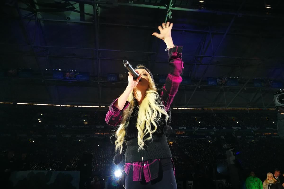 Das Bild zeigt Sängerin Mia Julia in der Veltins-Arena