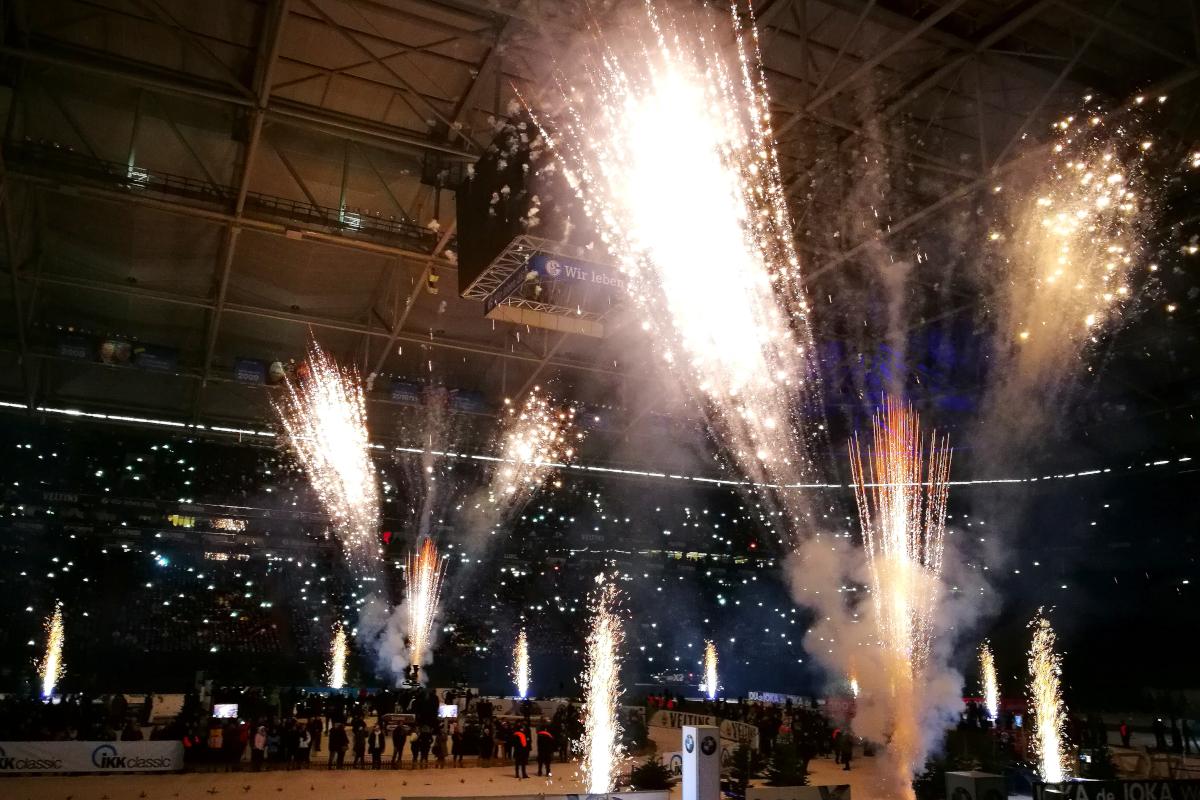 Das Bild zeigt das Indoor-Feuerwerk des Biathlon auf Schalke