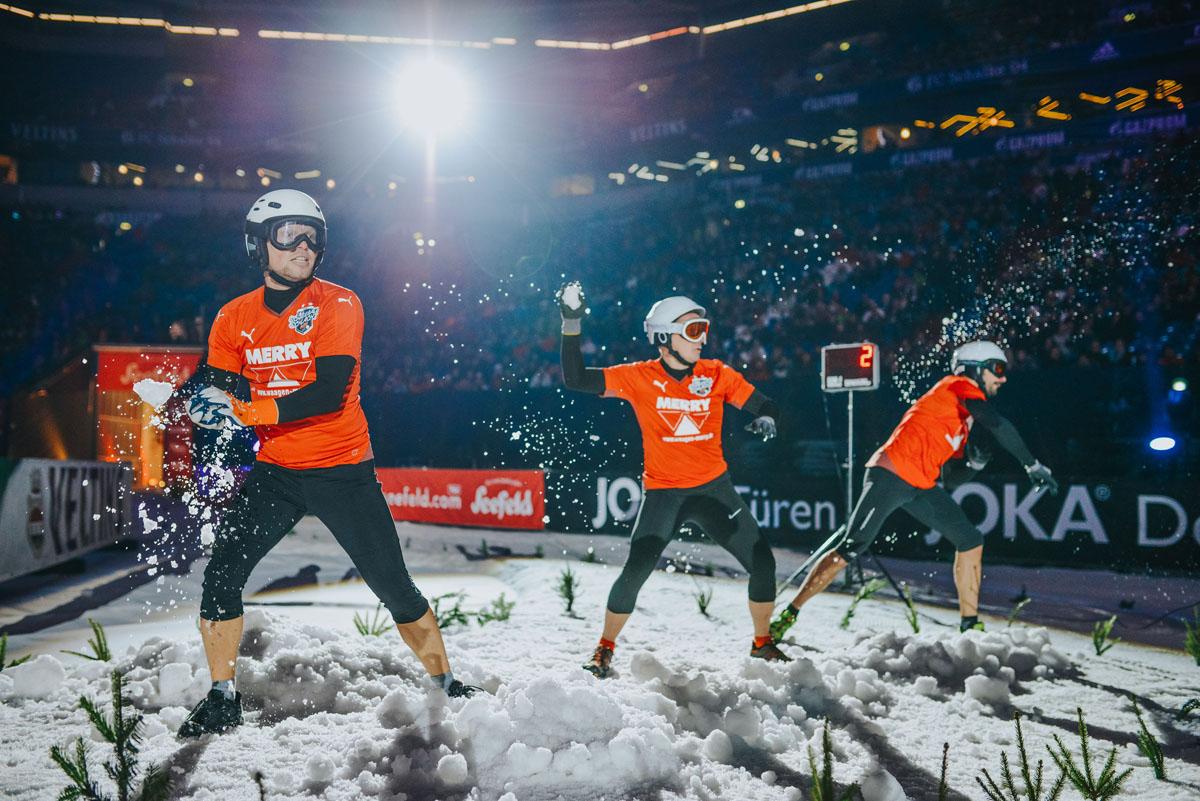 Das Foto zeigt die Schneeballschlacht WM beim Biathlon auf Schalke