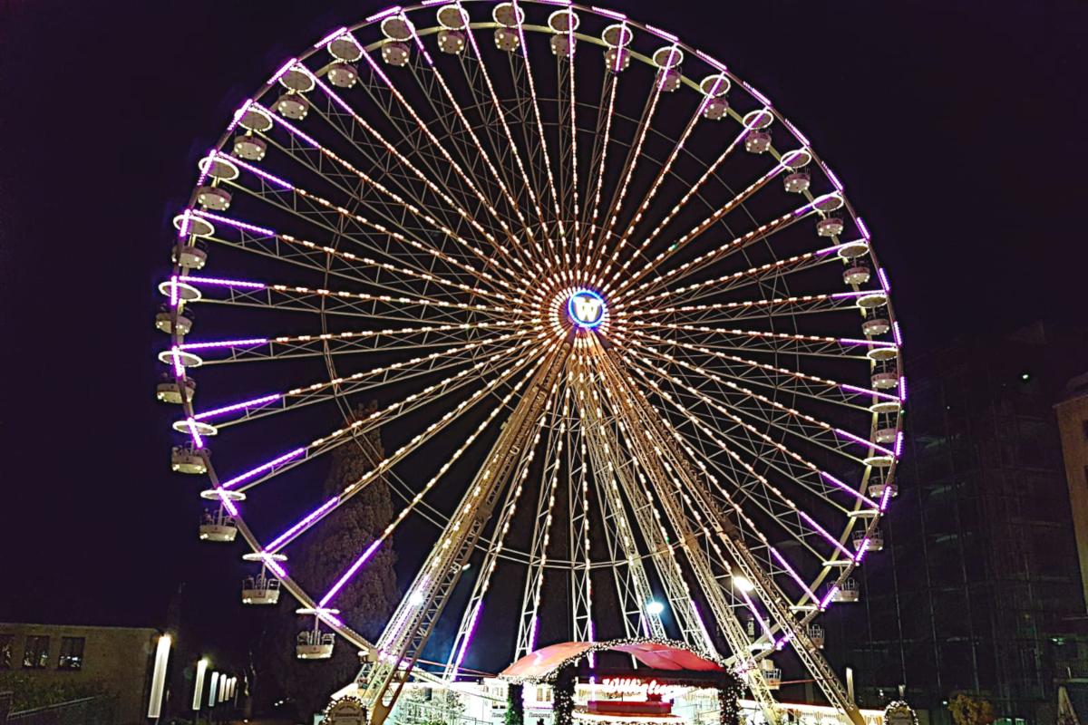 Das Bild zeigt das beleuchtete Riesenrad auf dem Essener Weihnachtsmarkt