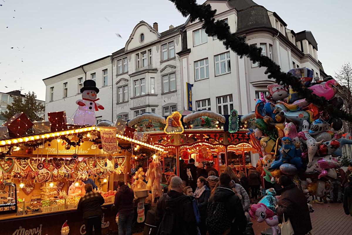 Das Bild zeigt einen Stand und ein Karussell für Kinder auf dem Weihnachtsmarkt in Essen-Steele.