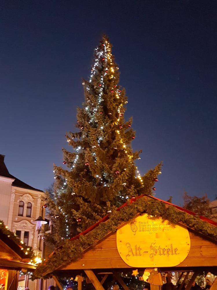 Das Bild zeigt einen Glühweinstand auf dem Weihnachtsmarkt in Essen-Steele.