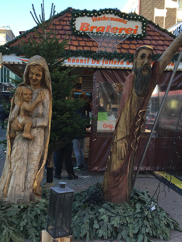 Das Bild zeigt Holzfiguren auf dem Weihnachtsmarkt in Herne.