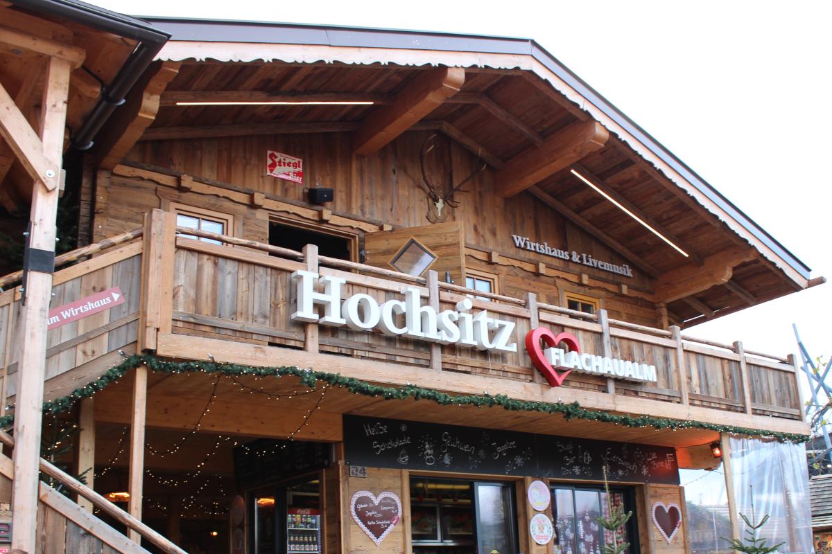 Das Bild zeigt eine Hütte auf dem Weihnachtsmarkt in Oberhausen.