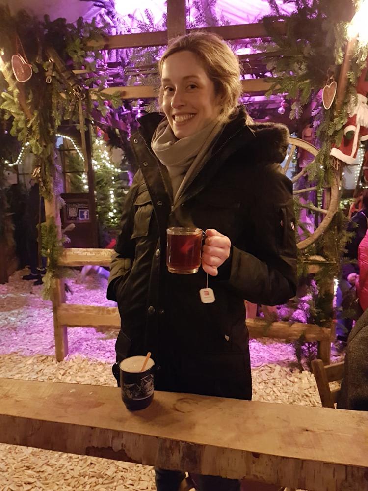 Das Bild zeigt eine Person beim Teetrinken auf dem Steeler Weihnachtsmarkt.
