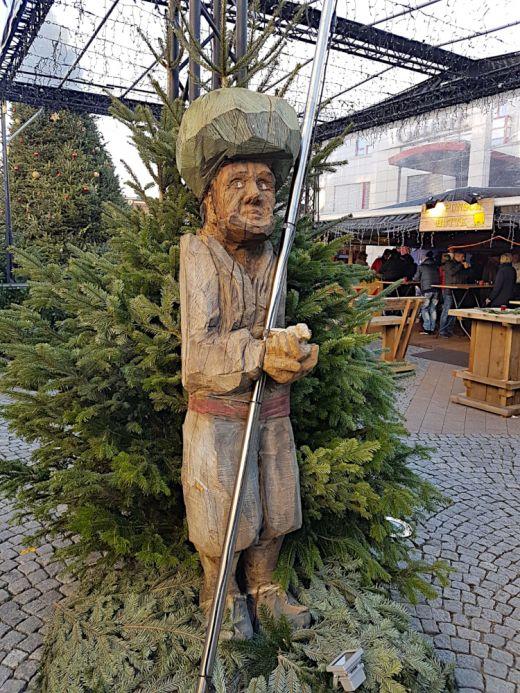 Das Bild zeigt eine Holzfigur auf dem Weihnachtsmarkt in Herne.