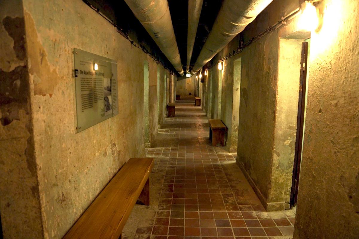 Das Bild zeigt einen Gang im Bunkermuseum in Oberhausen