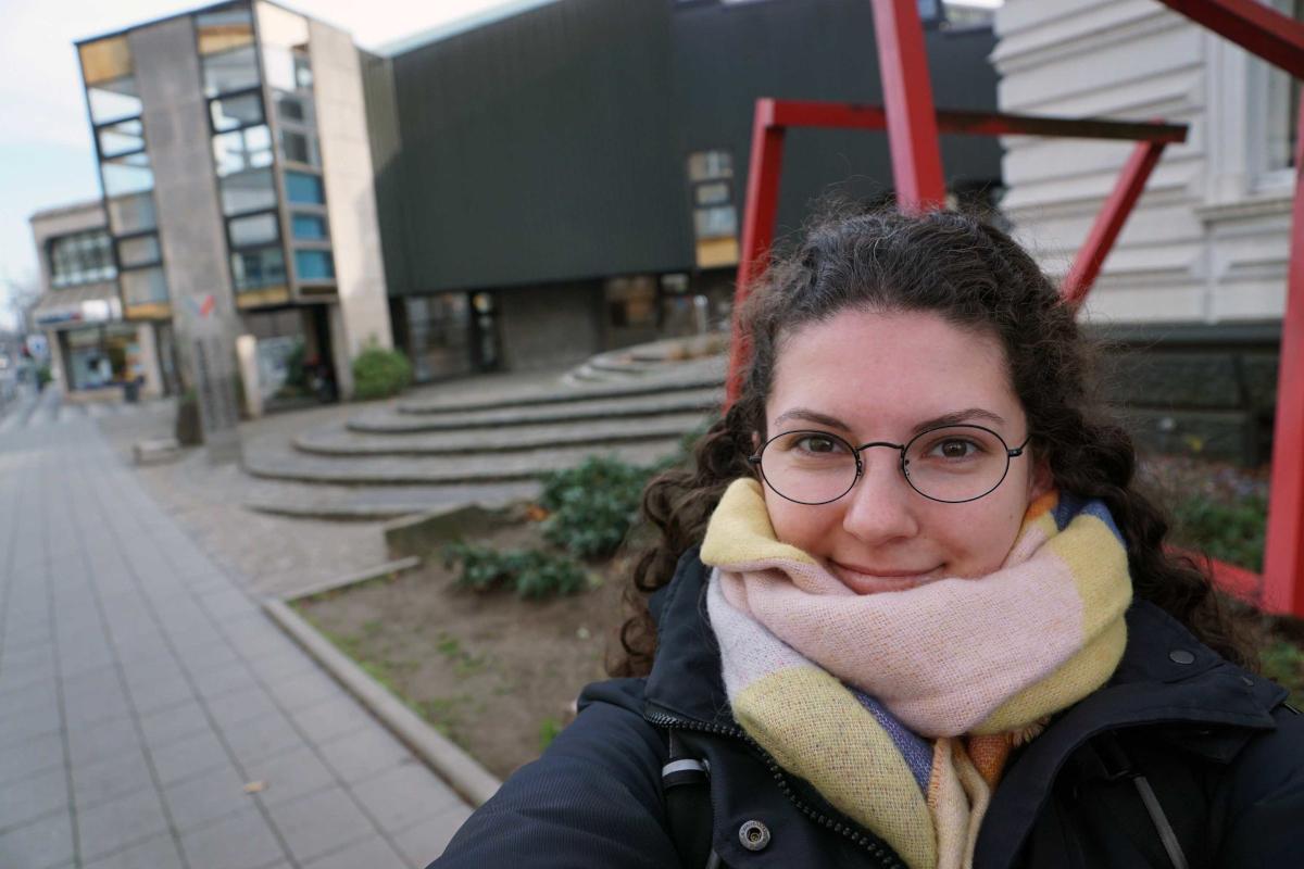Das Bild zeigt Marina vor dem Kunstmuseum in Gelsenkirchen