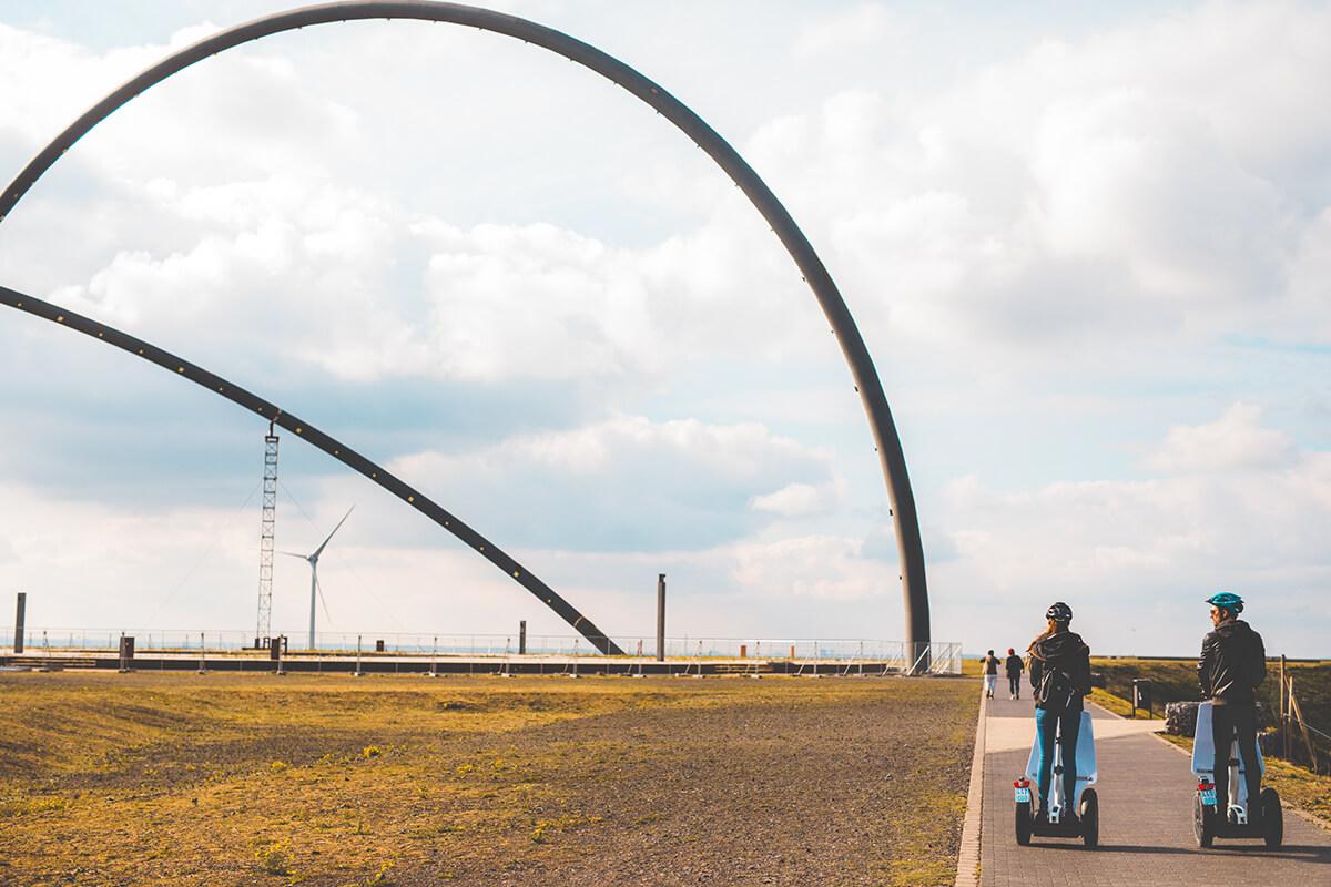 Das Bild zeigt zwei Segway-Fahre vor dem Horizontobservatorium auf der Halde Hoheward.