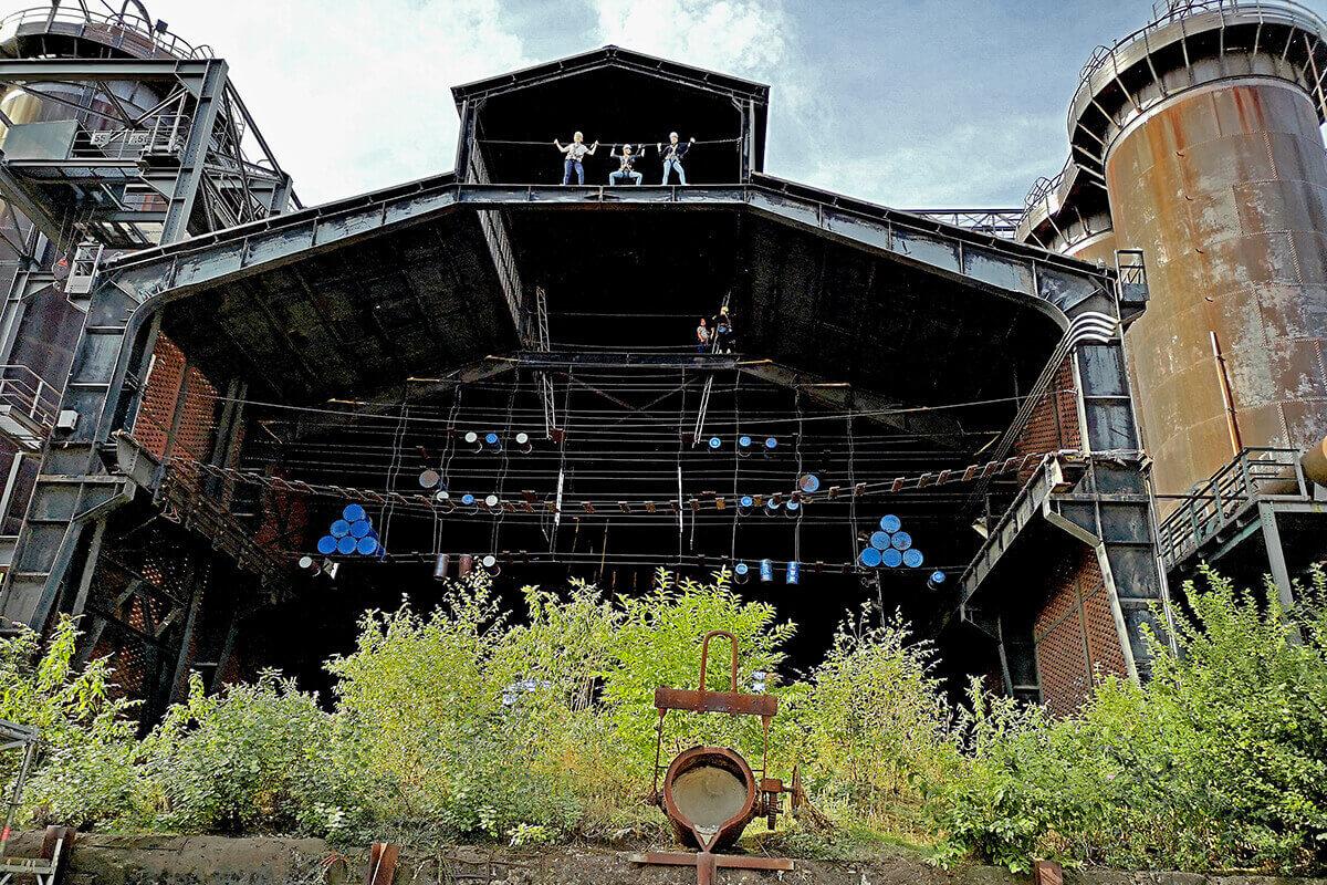 das Bild zeigt die Gießhalle im Landschaftspark Duisburg-Nord mit dem Kletterparcours.