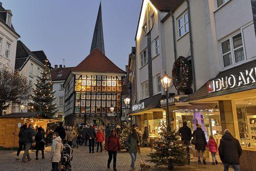 Das Foto zeigt das Alte Rathaus auf dem Hattinger Untermarkt zur Vorweihnachtszeit