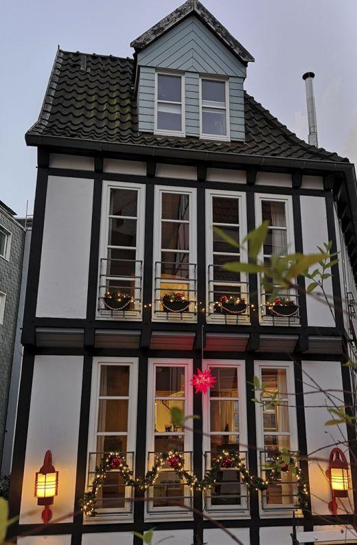 Das Foto zeigt ein weihnachtlich dekoriertes Fachwerkhaus