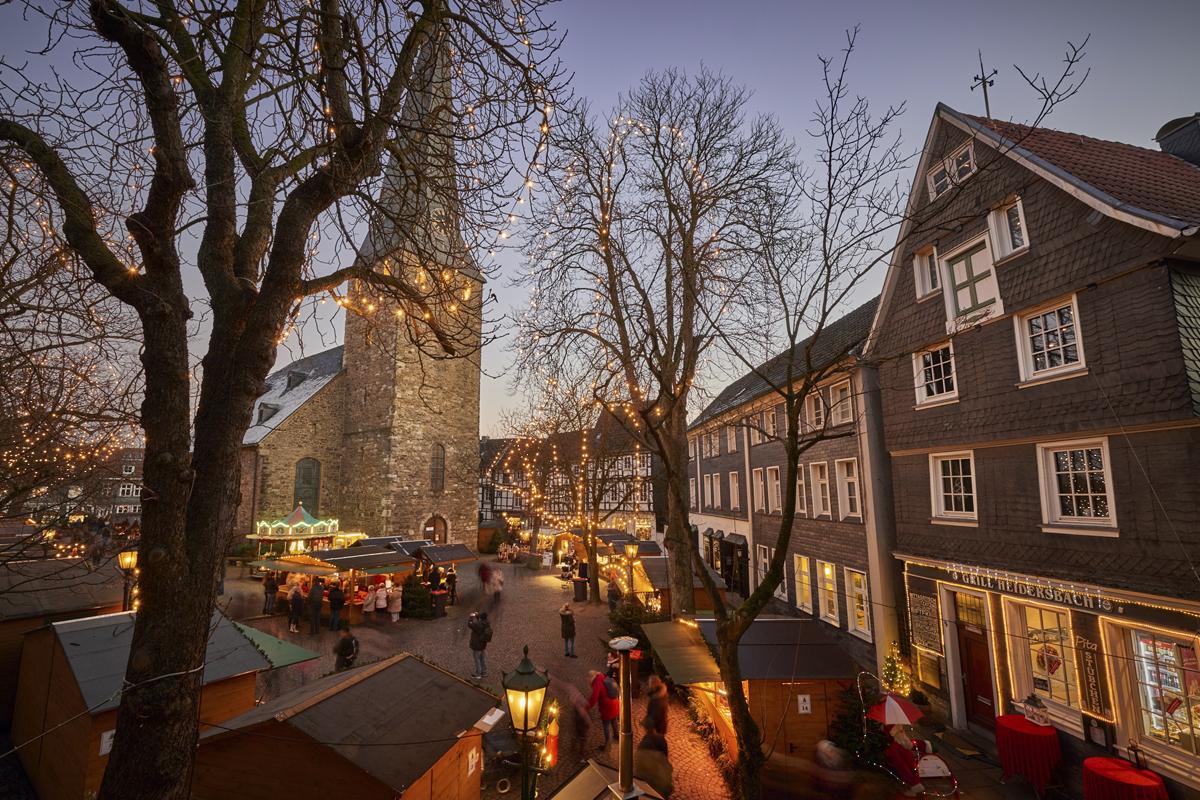 Das Foto zeigt den Nostalgischen Weihnachtsmarkt Hattingen auf dem Kirchplatz © Achim Meurer, Waltzing Meurers