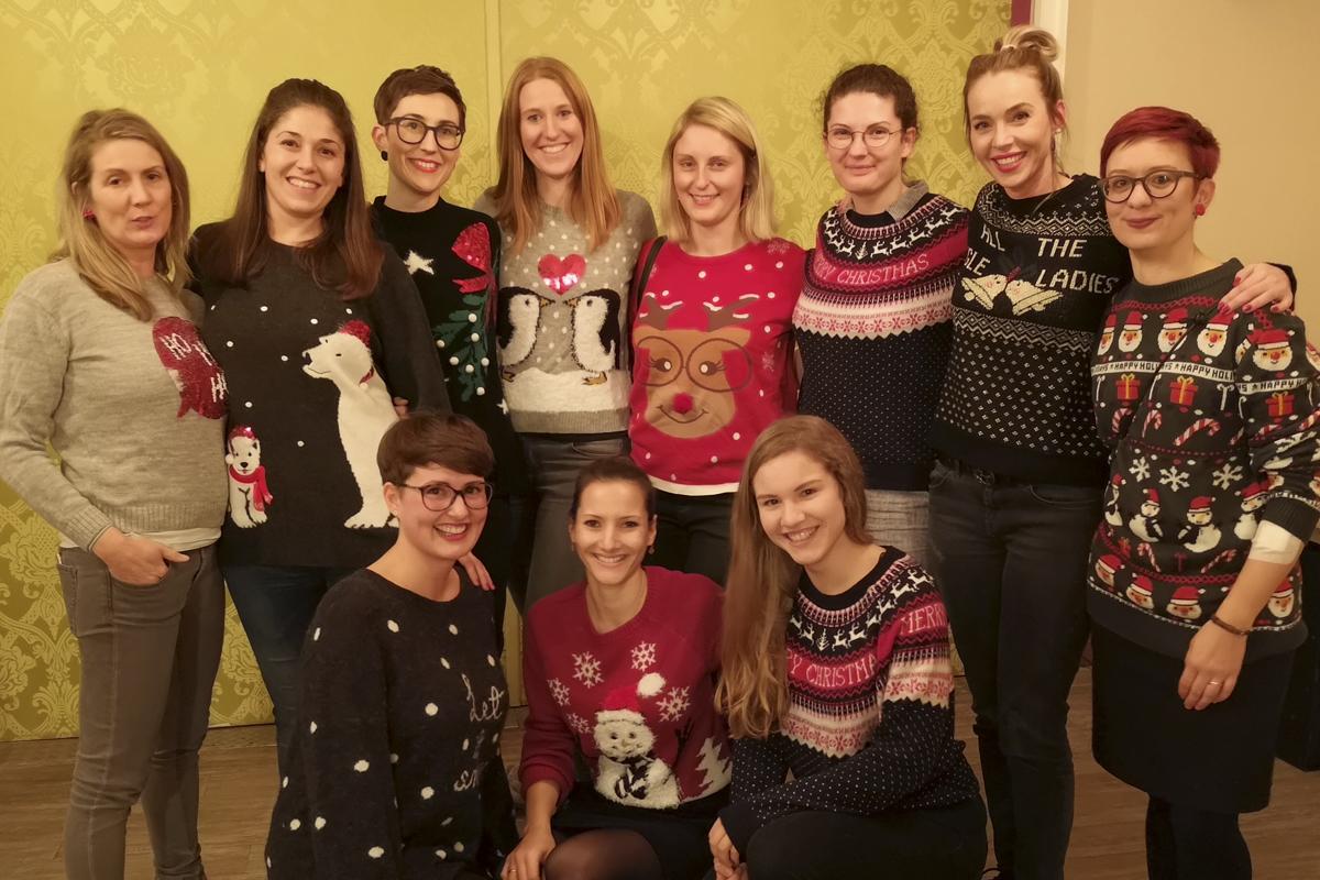 Das Foto zeigt eine Gruppe Mädels in Weihnachtspullis