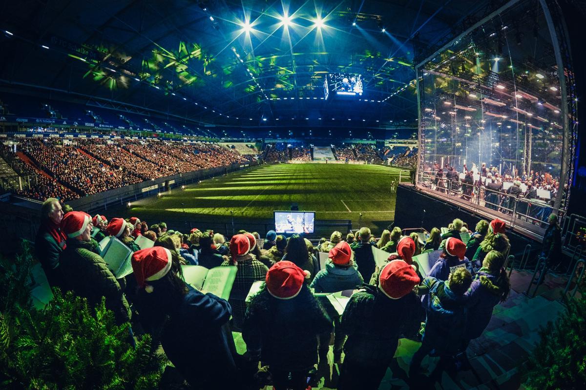 """Das Foto zeigt das """"Weihnachtssingen auf Schalke"""" in der VELTINS-Arena © FC Schalke 04"""