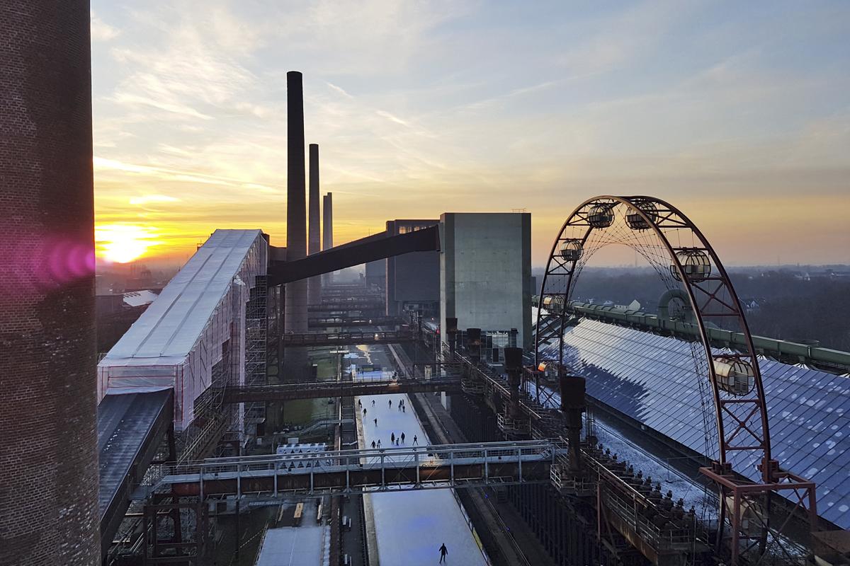 Das Foto zeigt die Zollverein Eisbahn aus der Vogelperspektive