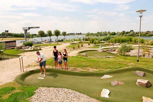 Das Foto zeigt eine Familie beim Adventure Golf in Xanten