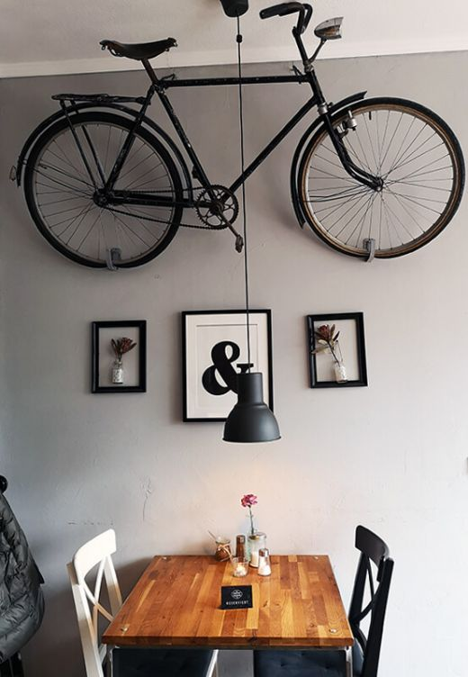 Das Bild zeigt einen Tisch und die Wanddekoration im Cafe Großartig