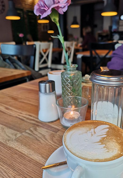 Das Bild zeigt die Tischdekoration im Cafe Großartig