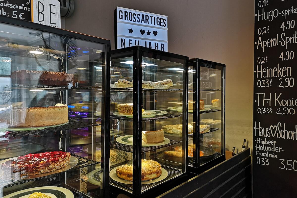 Das Bild zeigt die Auswahl an Kuchen im Cafe Großartig