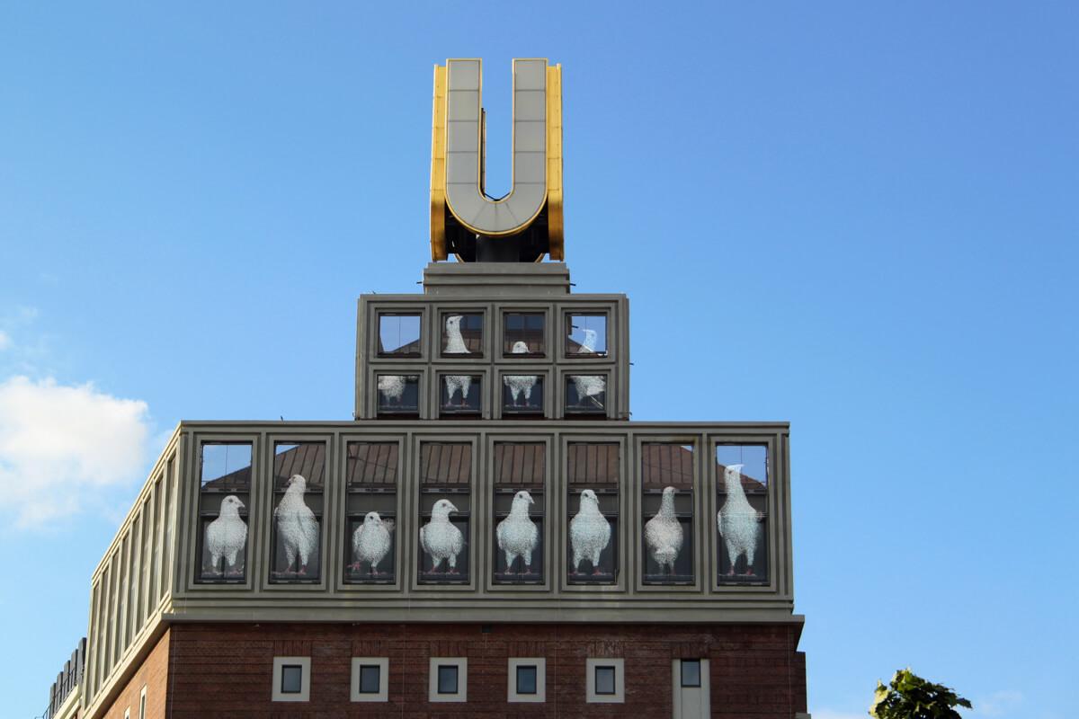 Das Bild zeigt eine Nahaufnahme des Dortmunder U's, mit einer Filminstallation die ein Taubenmotiv zeigt.