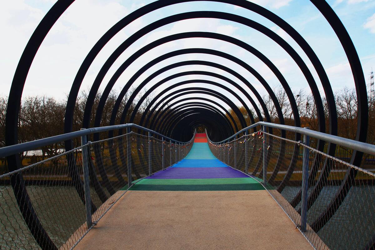 """Das Bild zeigt die Brücke """"Slinky Springs to Fame"""" im Kaisergarten Oberhausen"""