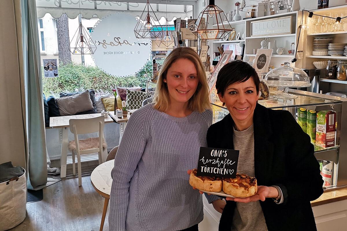 Das Bild zeigt die Autorin mit der Cafebetreiberin