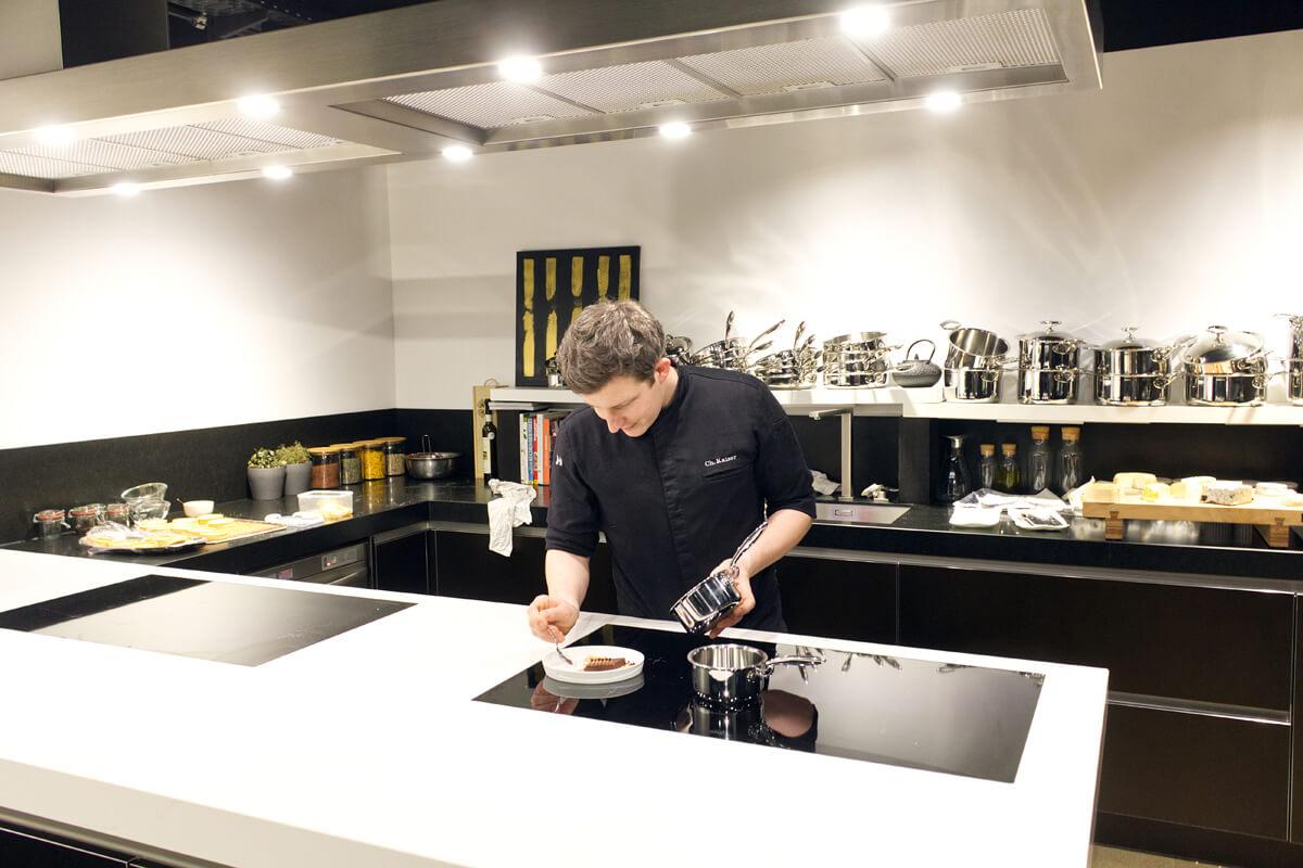 Das Bild zeigt den Küchenchef bei der Zubereitung.