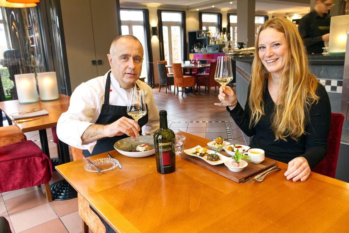 Das Bild zeigt die Autorin Rebecca mit dem Chef des Restaurants beim Essen.