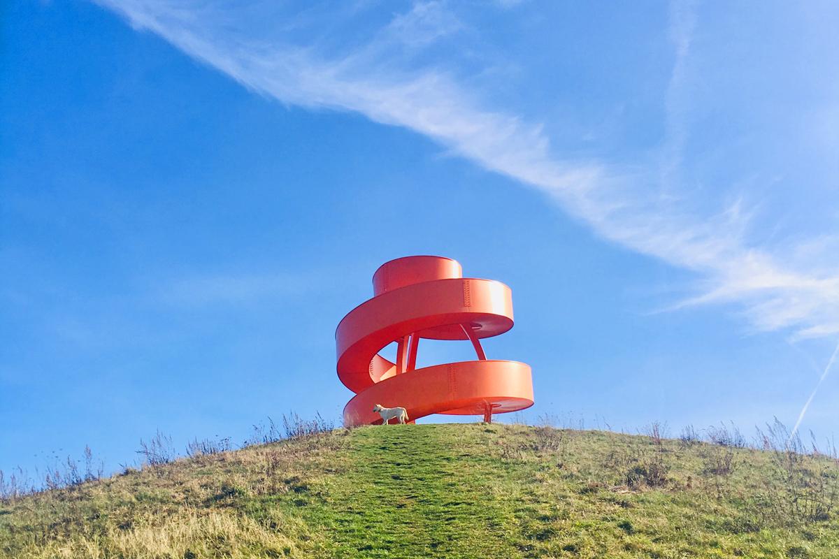 Das Bild zeigt die stählerne Spiralskulptur auf der Halde Franz im Lippepark Hamm