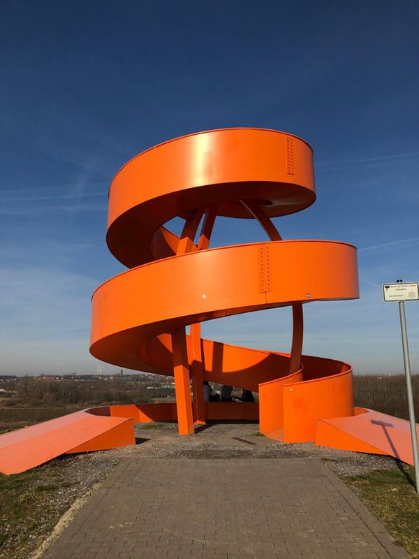 wunderschöne organgefarbene Stahlskulptur auf der Halde Franz