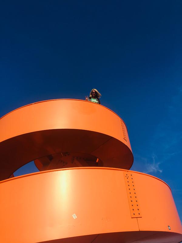 Das Foto zeigt die orangefarbene Stahlskulptur im Lippepark Hamm auf der Halde Franz
