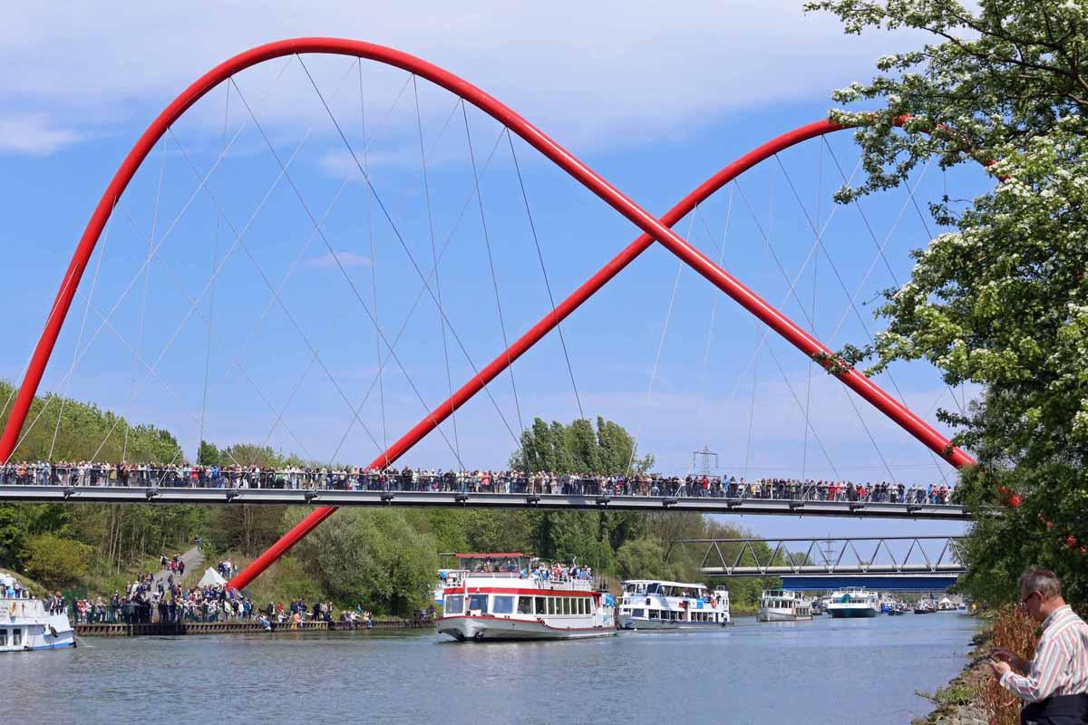 Das Foto zeigt die Brücke im Nordsternpark mit ihren roten Pfeilern