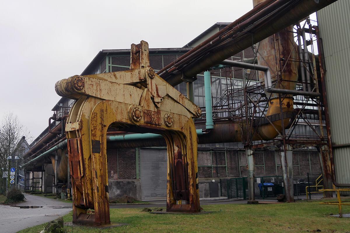 Das Foto zeigt alte Maschinen auf dem Gelände der Henrichshütte in Hattingen