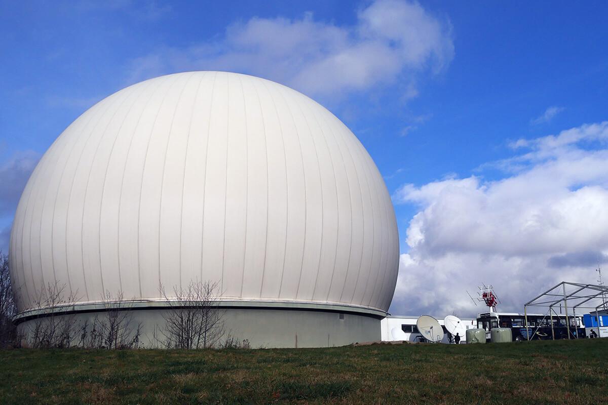 Das Foto zeigt das Radom der Sternwarte Bochum, eine halbrunde Traglufthalle, unter der sich ein riesiges Teleskop versteckt.