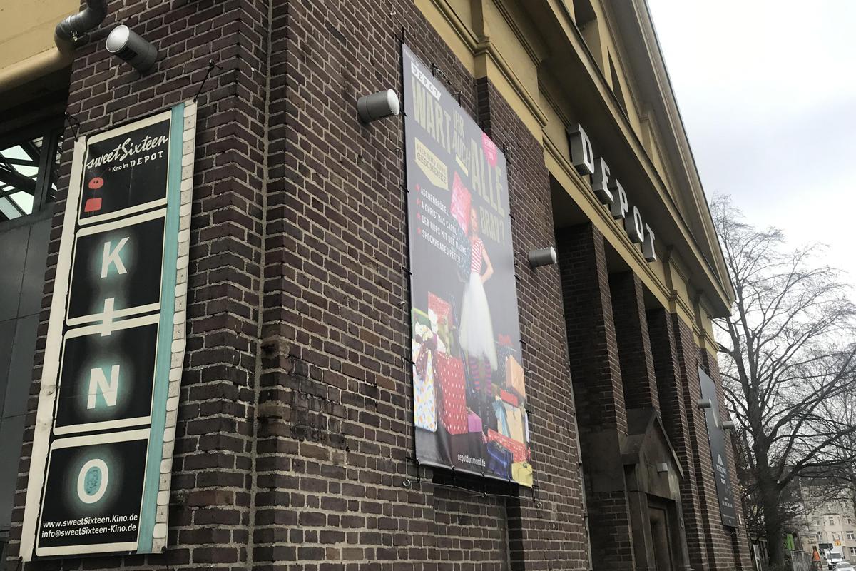 Das Bild zeigt die Außenfassade des Kinos im Depot