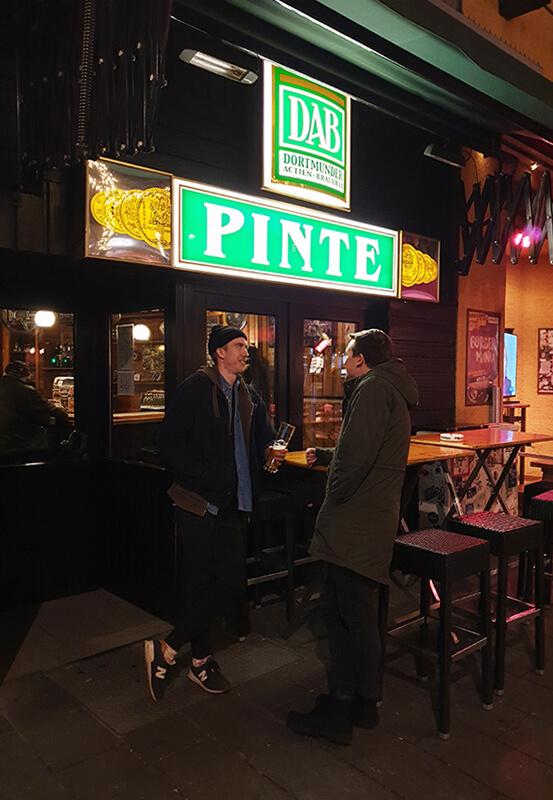 Das Foto zeigt zwei Männer vor der Kneipe Pinte in Bochum