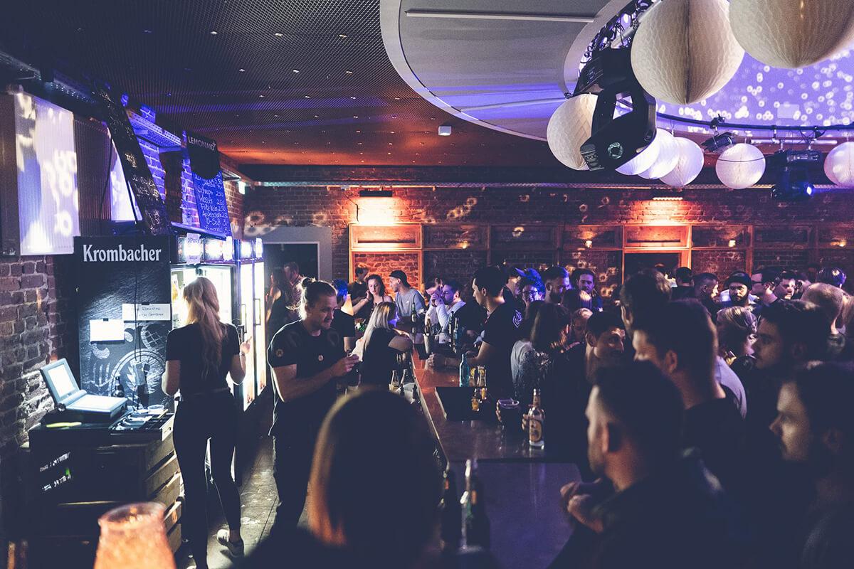 Das Foto zeigt die Bar und Menschen in der Rotunde in Bochum
