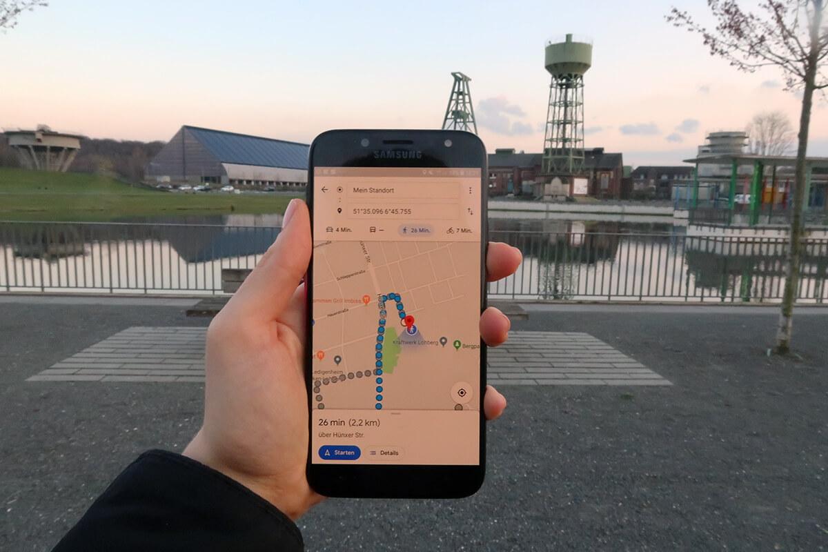 Das Foto zeigt ein Handy beim Geocoaching in Dinslaken Lohberg