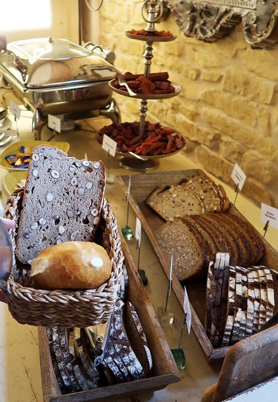 Das Foto zeigt die Brotauswahl beim Frühstücksbuffet auf dem Schmücker Hof in Bottrop-Kirchellen